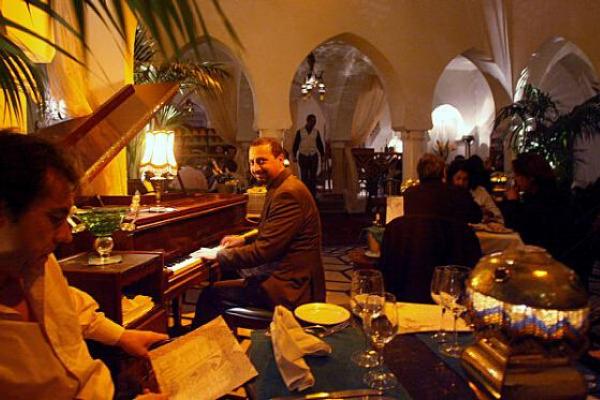 mỗi tối sẽ có các nghệ sĩ đến chơi đàn piano tại cafe Rick