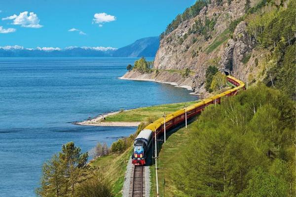 chuyến tàu chạy dài khắp các cung đường
