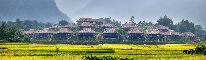 Bản Lác hiện ra trước mắt du khách qua lớp sương mây mờ bao phủ lên thung lũng Mai Châu. Những đồng lúa, những suối mương, những ngôi nhà sàn đẹp tuyệt vời như những bản tình ca Tây Bắc.