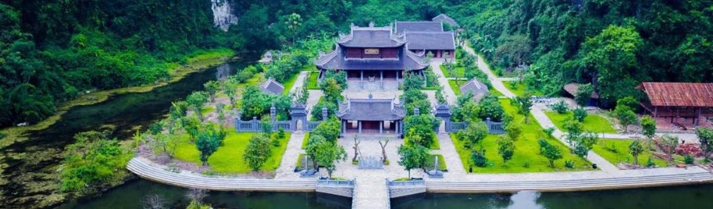 Chùa Bái Đính (Ninh Bình) tọa lạc trên sườn núi, giữa thung lũng mênh mông hồ và núi đá là một ngôi chùa với kiến trúc hoành tráng, đồ sộ nhưng mang đậm bản sắc truyền thống.