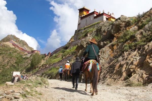 cưỡi ngựa là trải nghiệm thú vị trên đường đến cung điện.