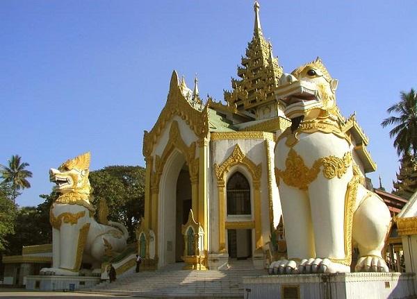 Mỗi của cảu bảo tháp được chinthe ( sư tử rồng) canh giữ.