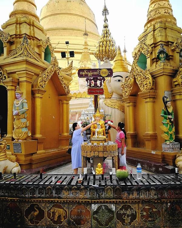 Cảnh cúng dường ở chùa vàng Shwedagon.