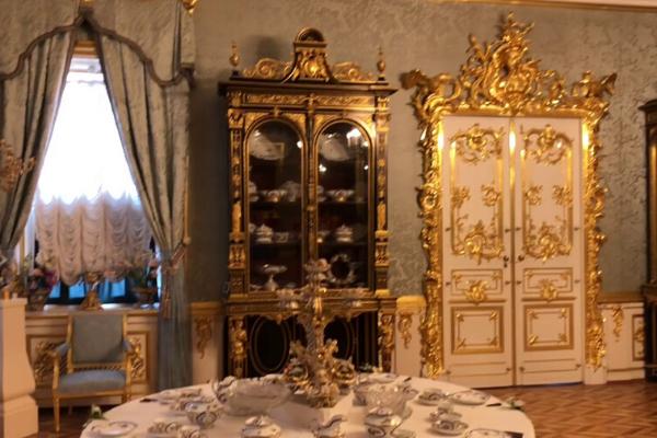 tham quan các căn phòng sang trọng khi đến cung điện