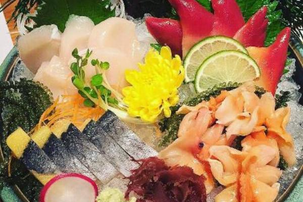 sashimi là những lát hải sản tươi sống như cá, tôm, mực