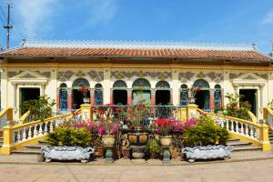 Ngôi nhà được bao bọc bởi cây cảnh và hoa nở rộ bốn mùa.