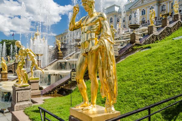 các bức tượng được trưng bày tại đây đều được mạ vàng