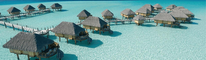 Đảo Bora Bora là hòn đảo có điện tích vỏn vẹn 39km2 được bao bọc bởi vô số đầm phá trong xanh cùng những rạn san hô, đá ngầm trù phú.
