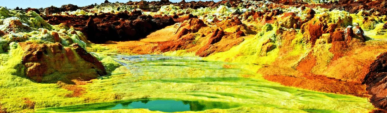 Cánh đồng địa nhiệt  Dallol: nước biển, muối, kim loại cùng với nhiệt độ môi trường tạo nên phản ứng hóa học biến Danakil trở thành một thế giới huyền ảo và rực rỡ.