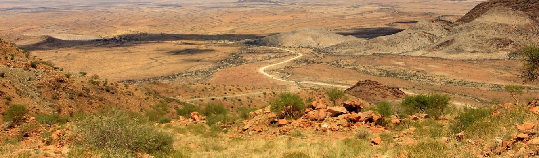 Đèo Spreetshoogte: Con đèo nối sa mạc Namib với cao nguyên Khomas. Con đèo ngoạn mục vì cảnh quan toàn vùng sa mạc Namib được thu trọn vào tầm mắt.