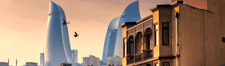 Thành phố Baku giao thoa giữa hai nền văn hóa Á – Âu, giữa hiện tại và cổ điển, giữa vùng núi Kavkaz và biển Caspian. Như viên ngọc sáng giữa tấm bản đồ vùng Tây – Trung Á, Baku còn được gọi là thành phố của những cơn gió.