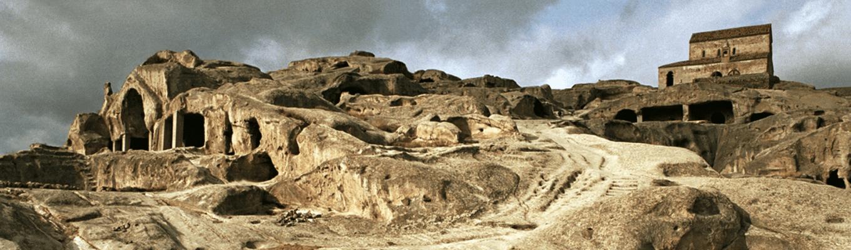 """Thị trấn hang đá cổ Uplistsikhe – là """"khu định cư"""" của người Gruzia cổ xưa nhất, thị trấn hang đá cổ Uplistsikhe đã tồn tại từ thời kì Đồ Sắt đến thời kì Trung Cổ."""