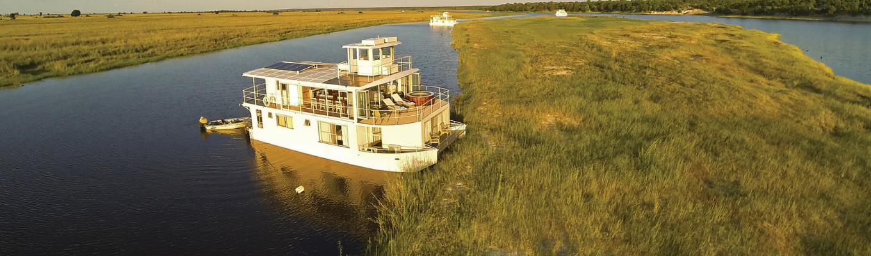 Sông Chobe: Nếu ví trải nghiệm Vườn quốc gia Chobe trên xe địa hình như một cuộc rong ruổi trên savan rộng lớn thì trải nghiệm du thuyền trên sông Chobe lại mang đến cảm giác thư giãn giữa không gian hoang dã rộng lớn.