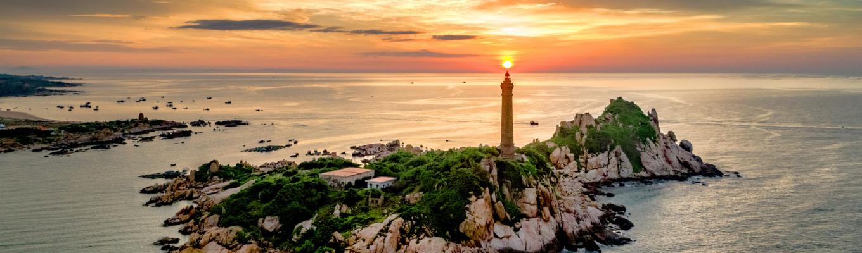 Ngọn hải đăng Kê Gà, cũng là nơi ngắm cảnh biển đẹp nhất vì có điểm nhìn ở nơi cao nhất và bao quát nhất. Ngọn hải đăng này do người Pháp xây dựng nhằm giúp tàu thuyền qua đây xác định được vị trí, tọa độ và điều hướng dễ dàng.