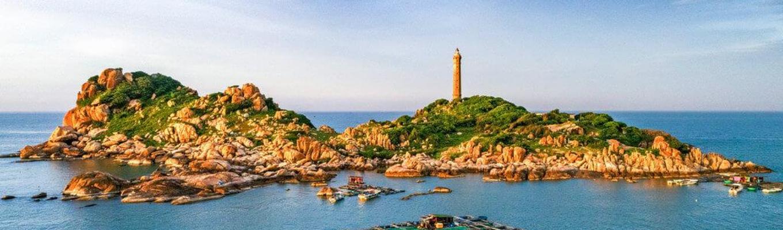 Hải đăng Kê Gà: Ngọn hải đăng nằm trên Mũi Điện nổi tiếng là ngọn hải đăng cao và lâu đời nhất ở khu vực Đông Nam Á.