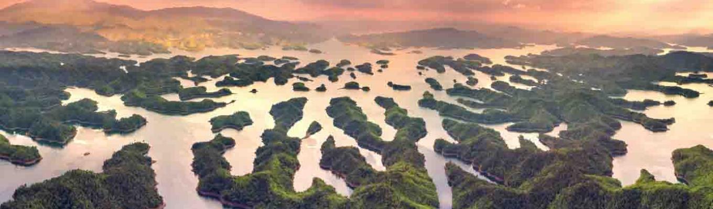Hồ Tà Đùng hay còn gọi là hồ chứa thủy điện Đồng Nai 3. Trước kia, nơi đây là một thung lũng tuyệt đẹp với ngôi làng của cư dân xã Đăk P'lao sinh sống.